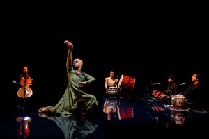 Gnosis_akram_khan_lunging,_with_musicians